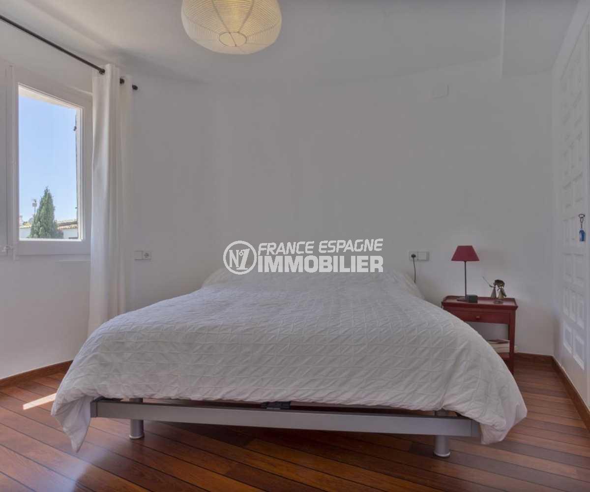 vente villa empuriabrava, ref.3830, chambre 3 avec lit double placard intégré et fenêtre sur canal