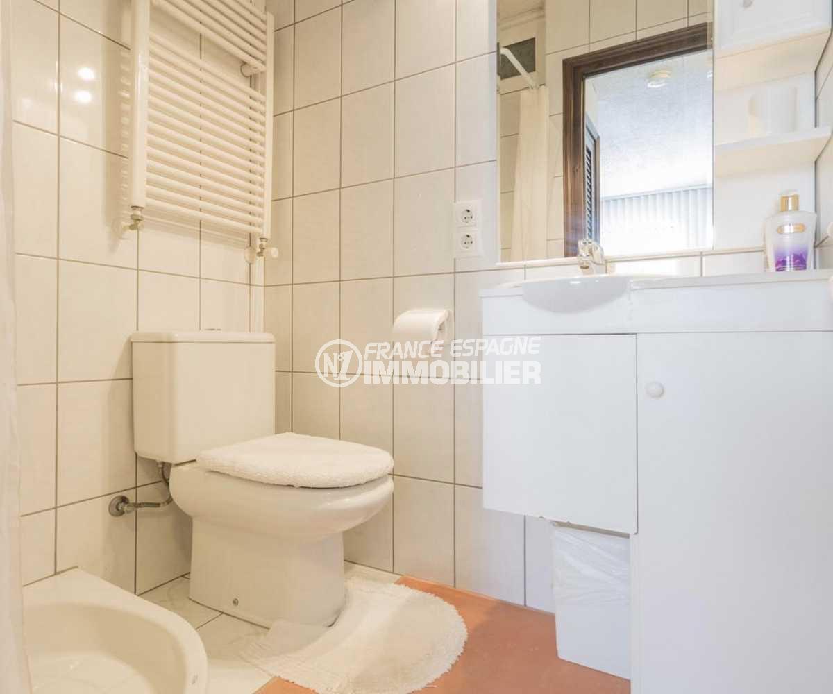 achat villa empuriabrava, ref.3831, seconde salle d'eau avec cabine douche et toilettes