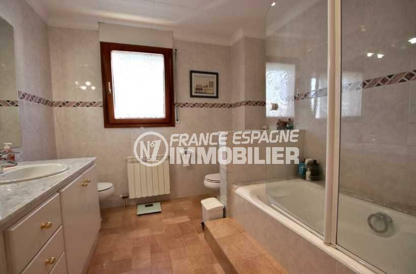 immocenter roses: villa ref.3840, salle de bains: baignoire, meuble vasque, bidet et wc