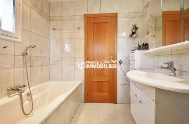 maison costa brava, ref.3847, salle de bains: baignoire, douche, meuble vasque
