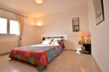 n1immobilier: villa ref.3847, première chambre lumineuse avec un lit double