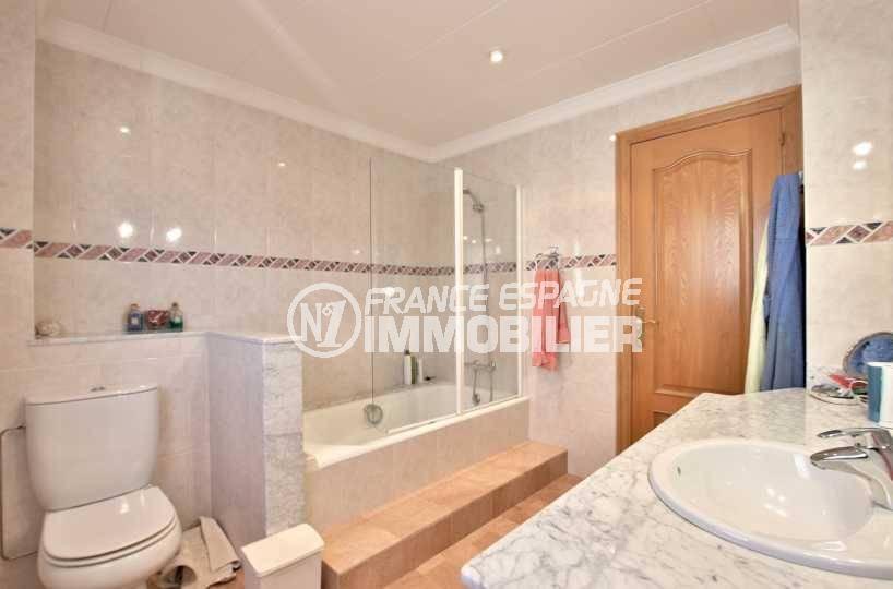 immo center rosas: villa ref.3840, salle de bains avec baignoire, vasque et wc