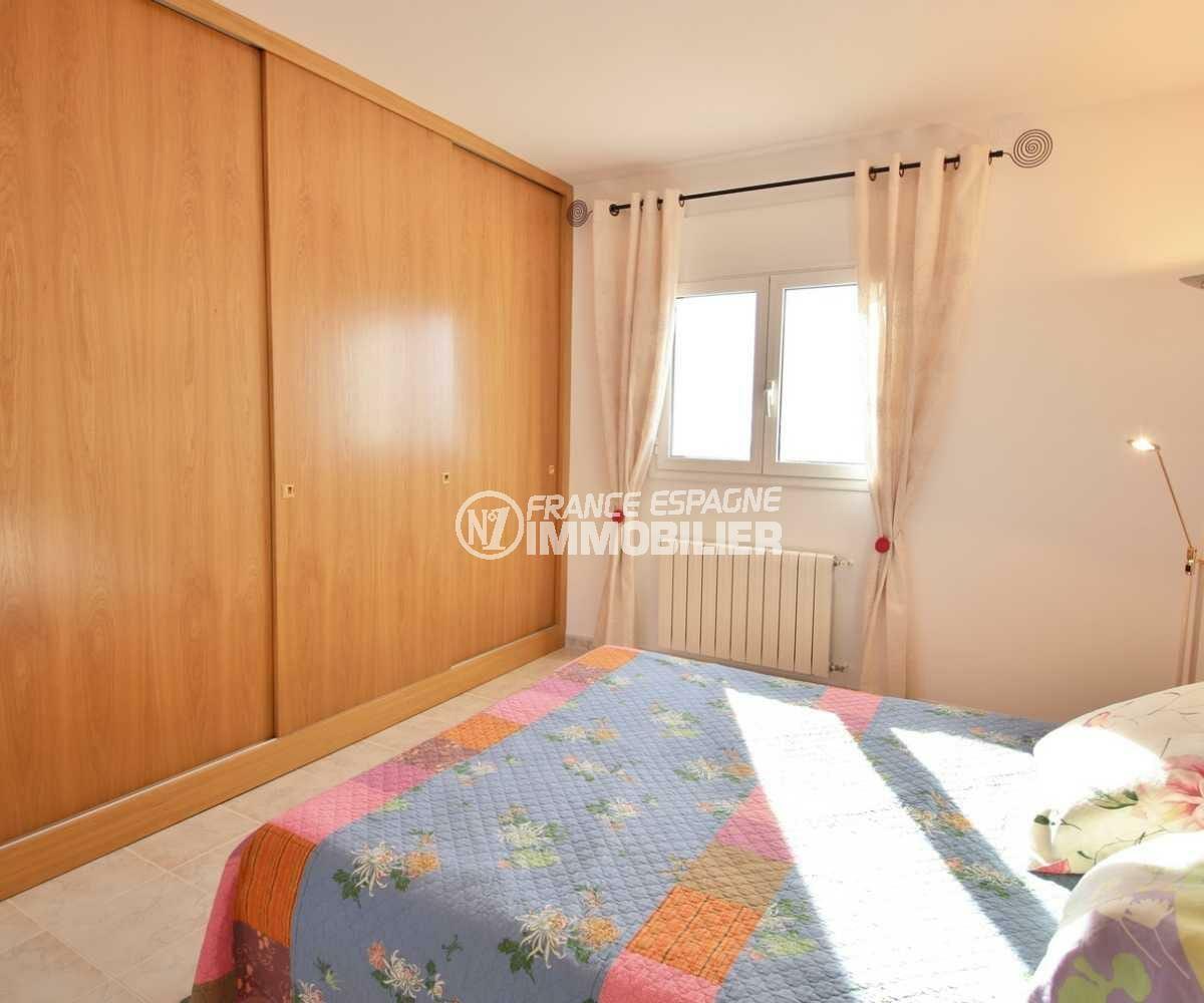 costabrava immo: villa ref.3847, première chambre avec lit double et placards