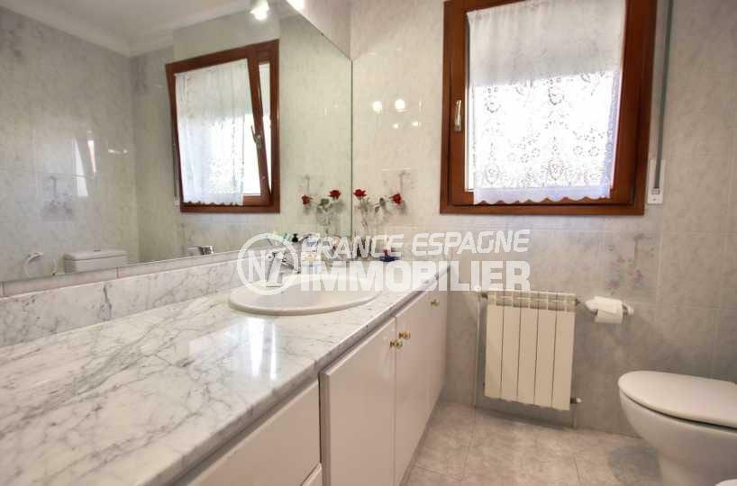 la costa brava: villa ref.3840, meuble vasque avec rangements de la salle d'eau