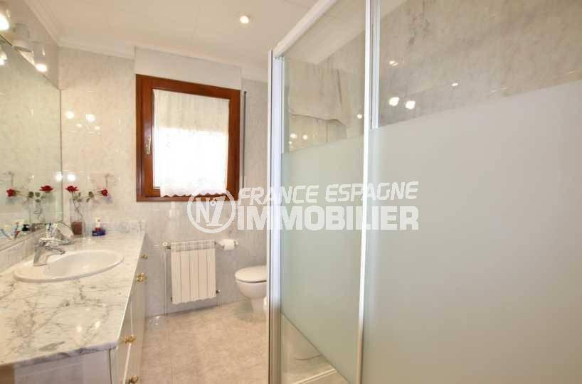 vente villa rosas, ref.3840, salle d'eau avec cabine de douche, meuble vasque et wc