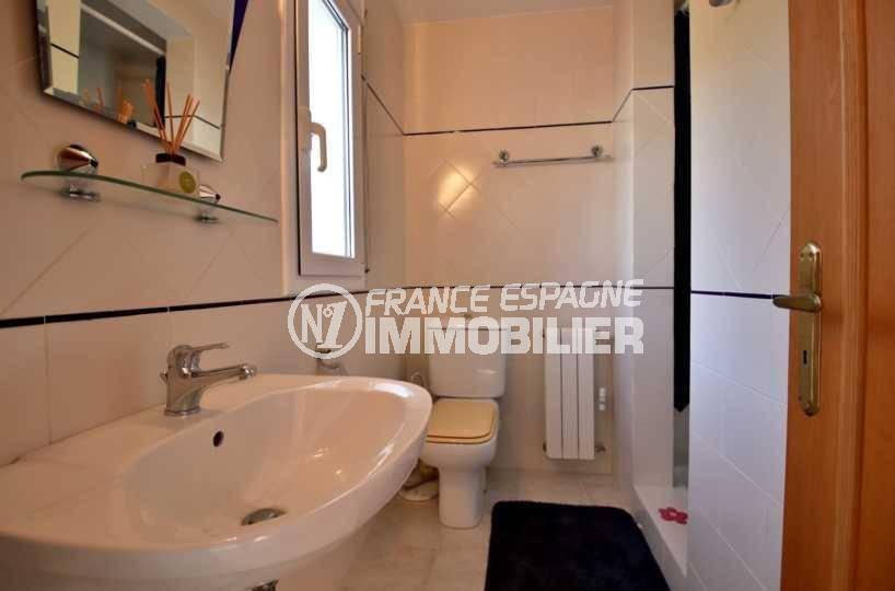 immobilier costa brava vue mer: villa ref.3847, salle d'eau avec douche, lavabo et wc