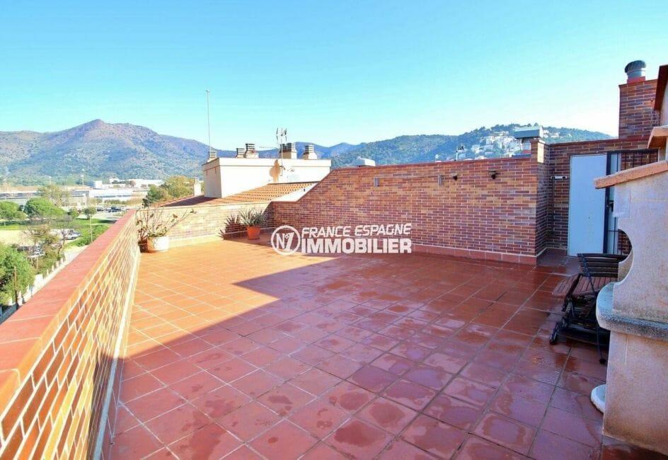 agence immo rosas: appartement ref.3861, terrasse solarium de 52 m² avec un barbecue
