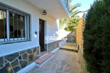 immo roses: appartement 31 m², aperçu de la porte d'entrée et de la terrasse en copropriété