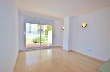 appartement a vendre a rosas, 67 m² résidence avec piscine, beau séjour avec accès terrasse