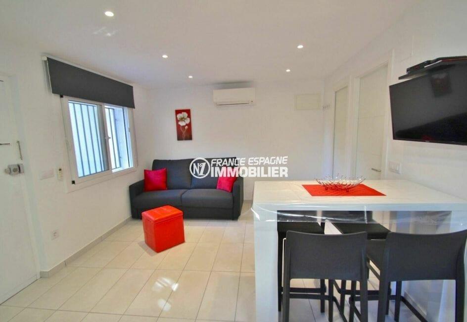roses espagne: appartement 31 m², salon / séjour ouvert sur la cuisine