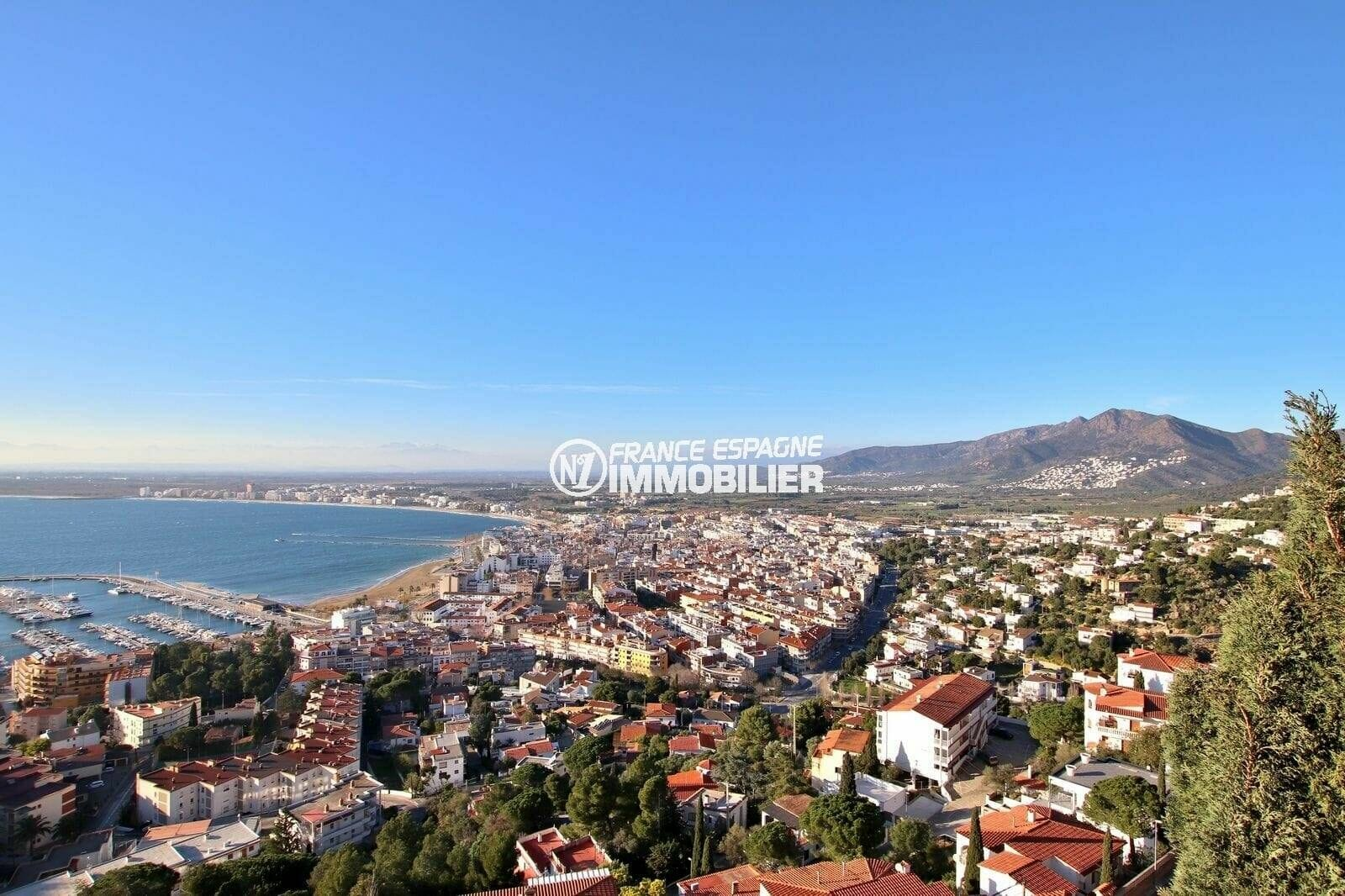 agence immobilière costa brava: villa 414 m², aperçu du port de plaisance de rosas depuis la terrasse