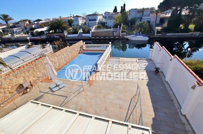 immobilier empuria brava: vue sur le canal et la piscine depuis la terrasse de la villa ref.3854