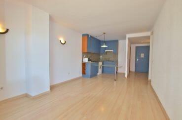agence immobilière roses: appartement 67 m² résidence avec piscine, séjour avec cuisine américaire
