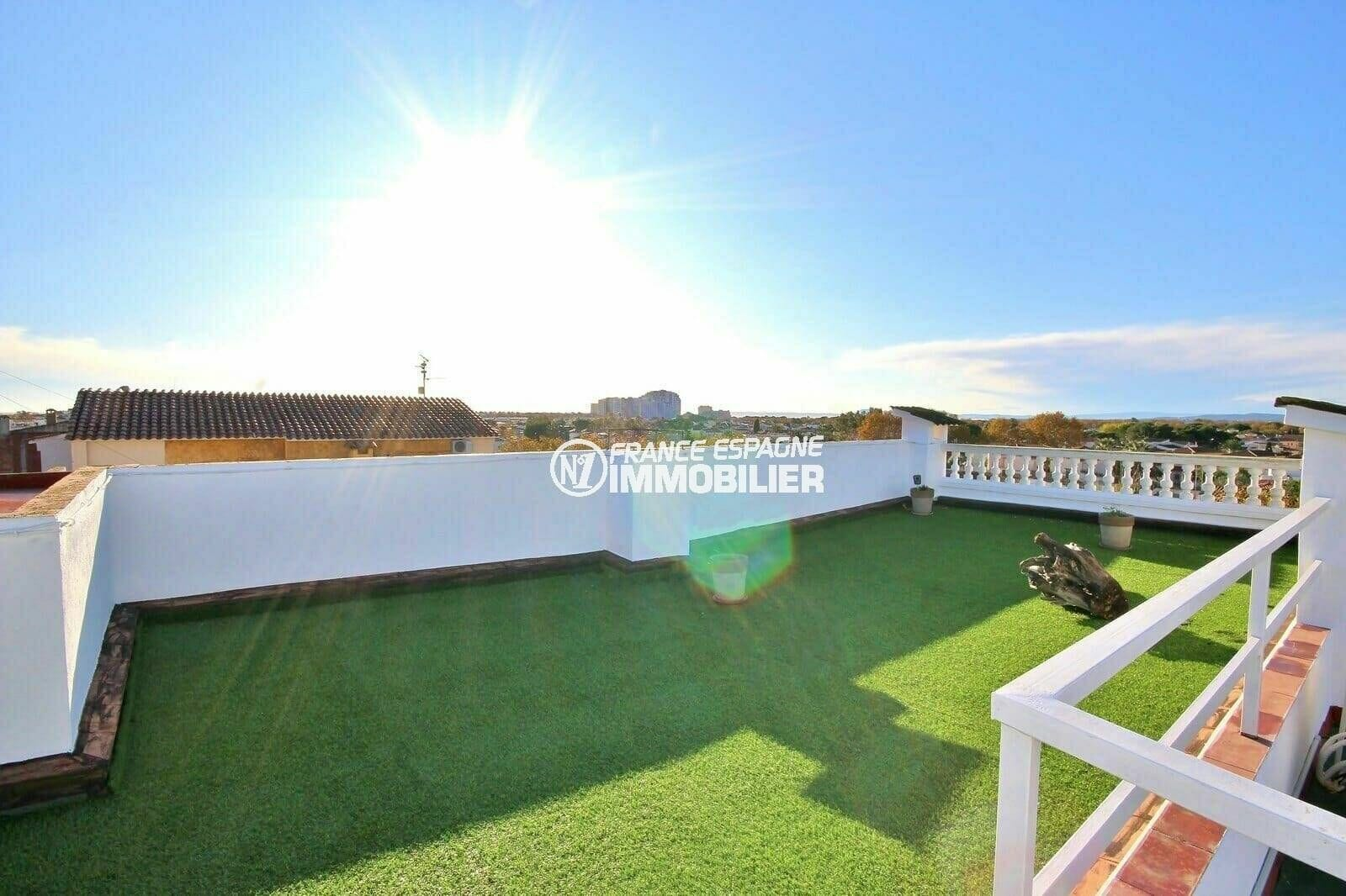 immo empuriabrava: appartement 108 m², terrasse solarium vue mer avec gazon synthétique