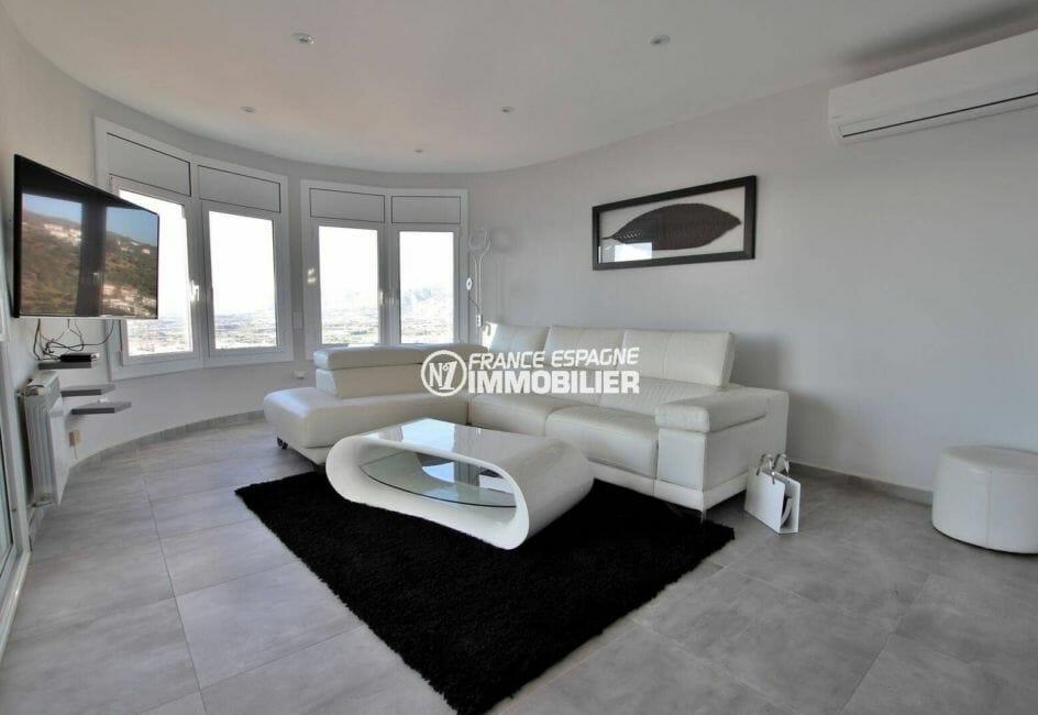 roses immobilier: villa 414 m², salon moderne et lumineux accès terrasse