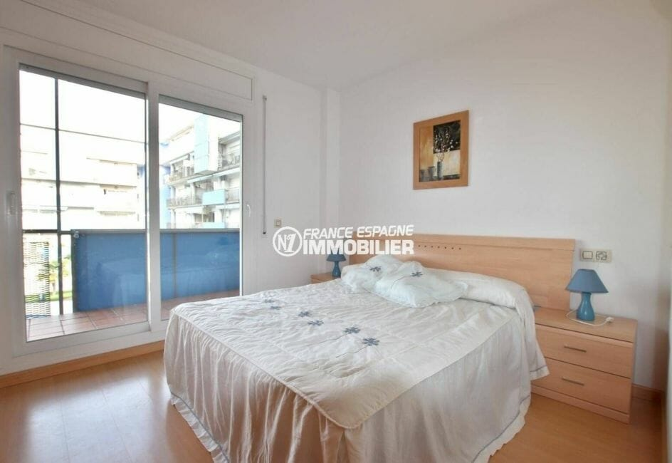 immo roses espagne: appartement ref.3862, chambre lumineuse avec lit double et accès terrasse