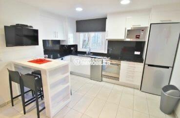 agence immobilière costa brava: appartement 31 m², cuisine américaine équipée avec rangements