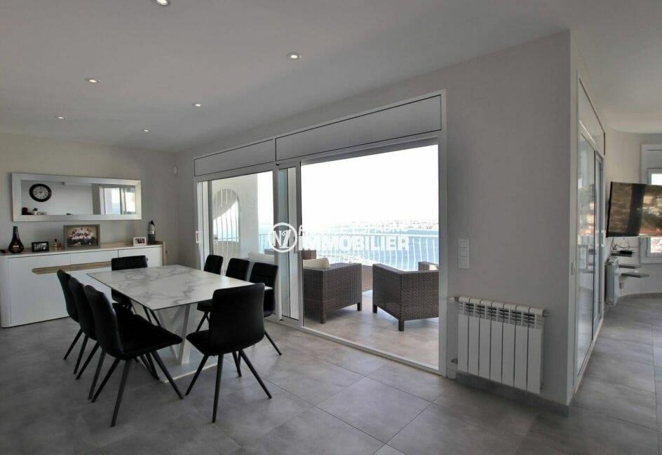 maison a vendre a rosas, vue mer, salon / séjour moderne avec accès à la terrasse