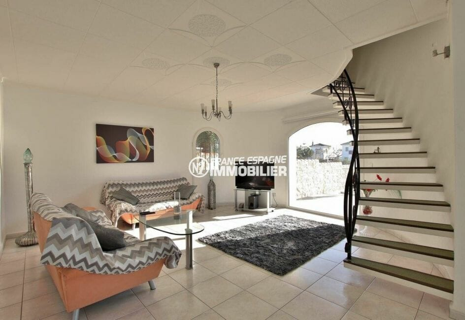 agence immo empuriabrava: magnifique séjour lumineux avec accès terrasse en rez de jardin | ref.3854