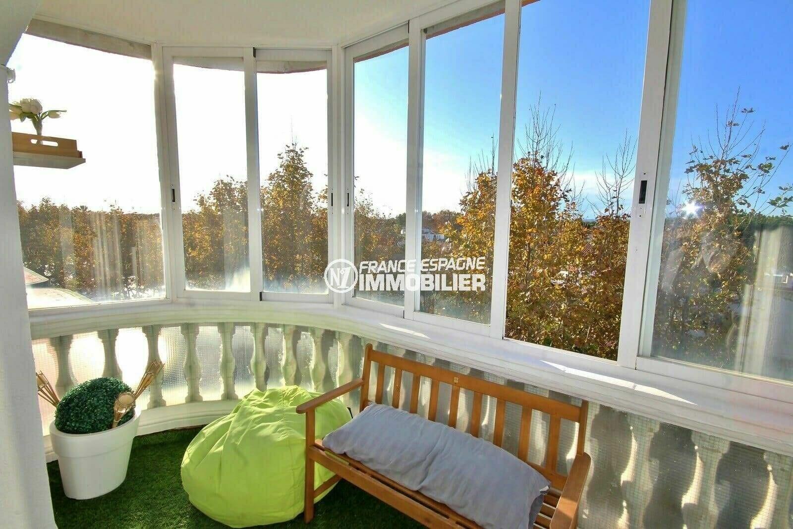 achat appartement empuriabrava, atico, terrasse véranda accès salon avec gazon synthétique