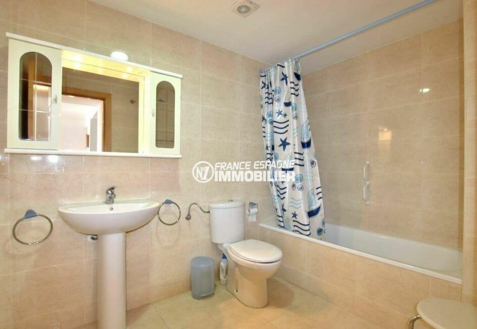 immobilier roses espagne: appartement ref.3862, salle de bain moderne avec baignoire et wc