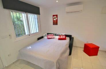 vente appartement rosas canyelles, proche plage, salon / séjour avec canapé convertible