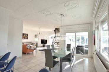 agence immobiliere empuriabrava: coté salle à manger et escalier vers l'étage | villa ref.3854