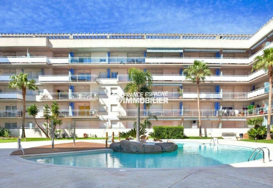 vente appartement rosas, 67 m², vue sur la façade de l'immeuble et la piscine