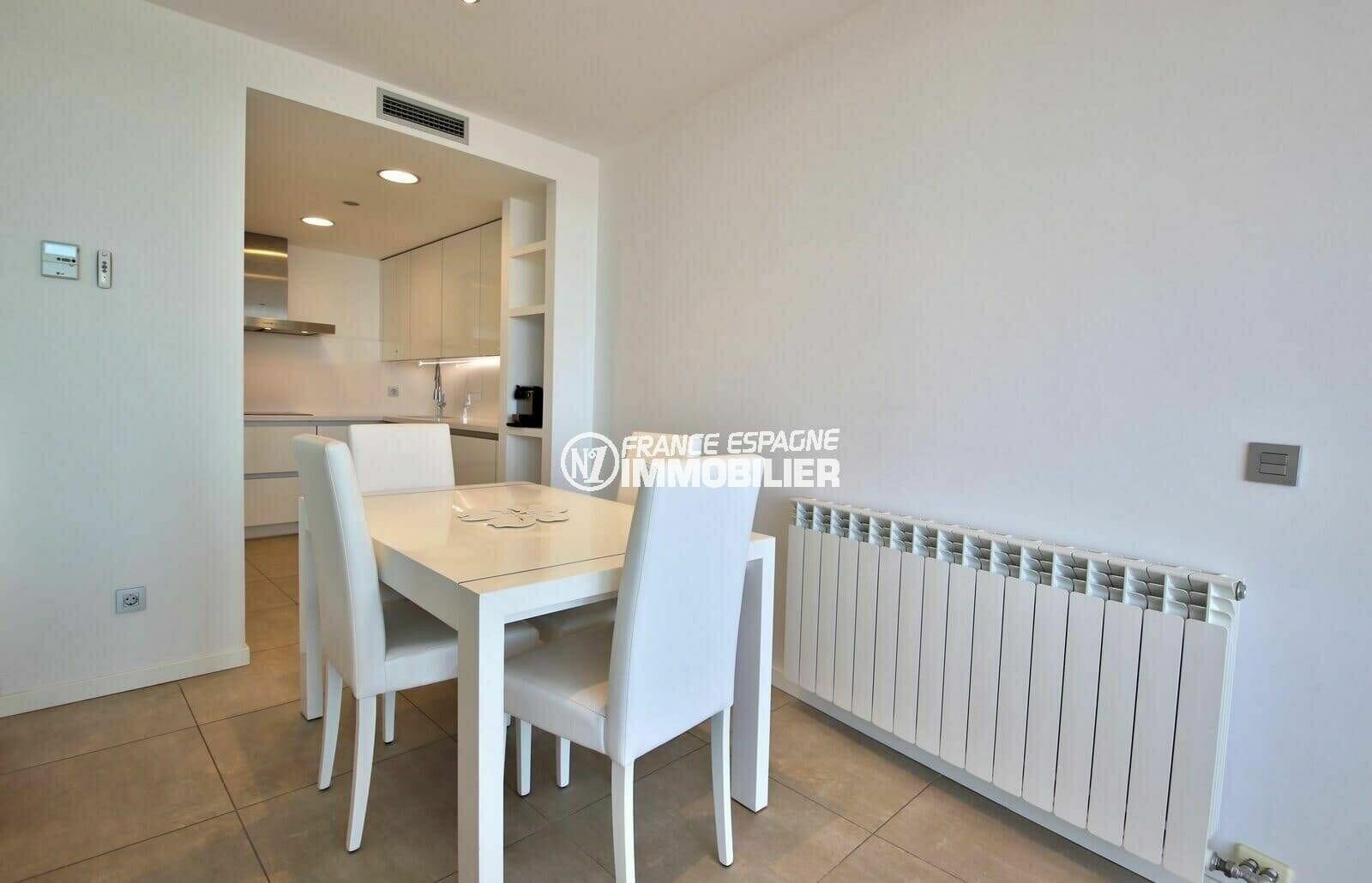 achat appartement rosas, vue mer, cuisine ouverte sur le salon / séjour coin repas