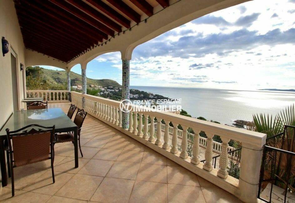 maison a vendre espagne, secteur prisé de roses, terrasse avec accès à la piscine