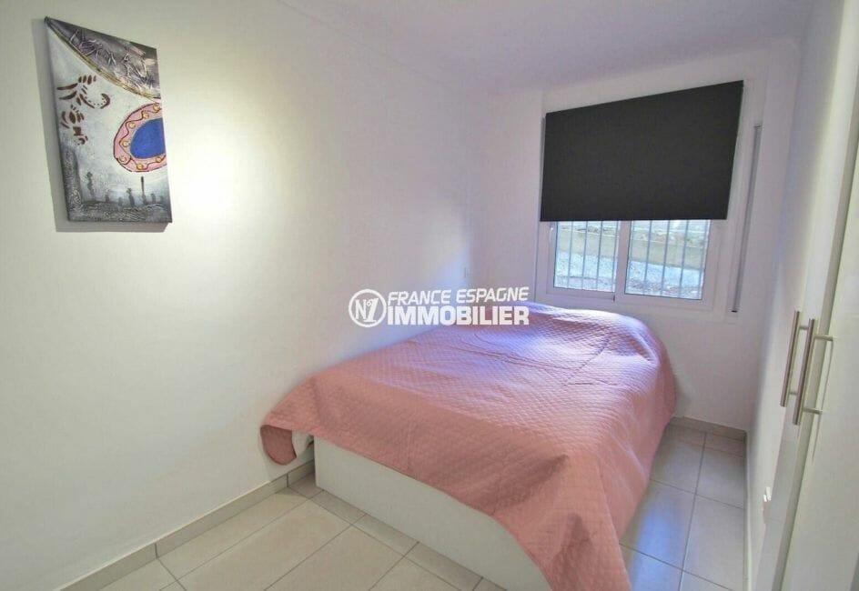 appartements a vendre a rosas, parking privé, chambre avec un lit double