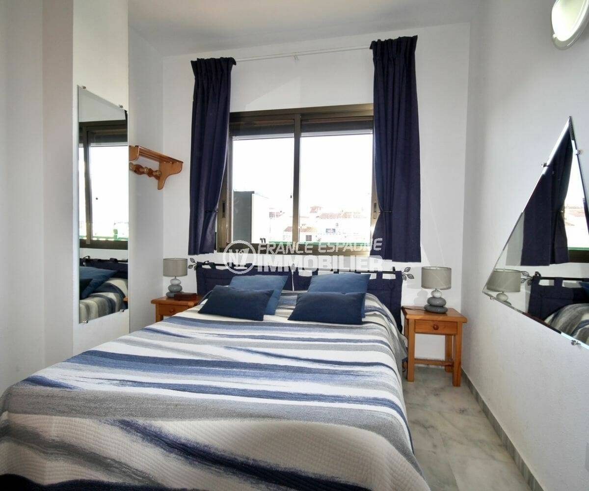 agence immobiliere empuriabrava: chambre avec grand lit et vue canal de l'appartement ref.3857