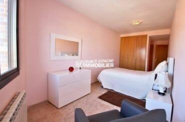 immo roses: ref.3861, suite parentale avec placards et salle de bain adjacente