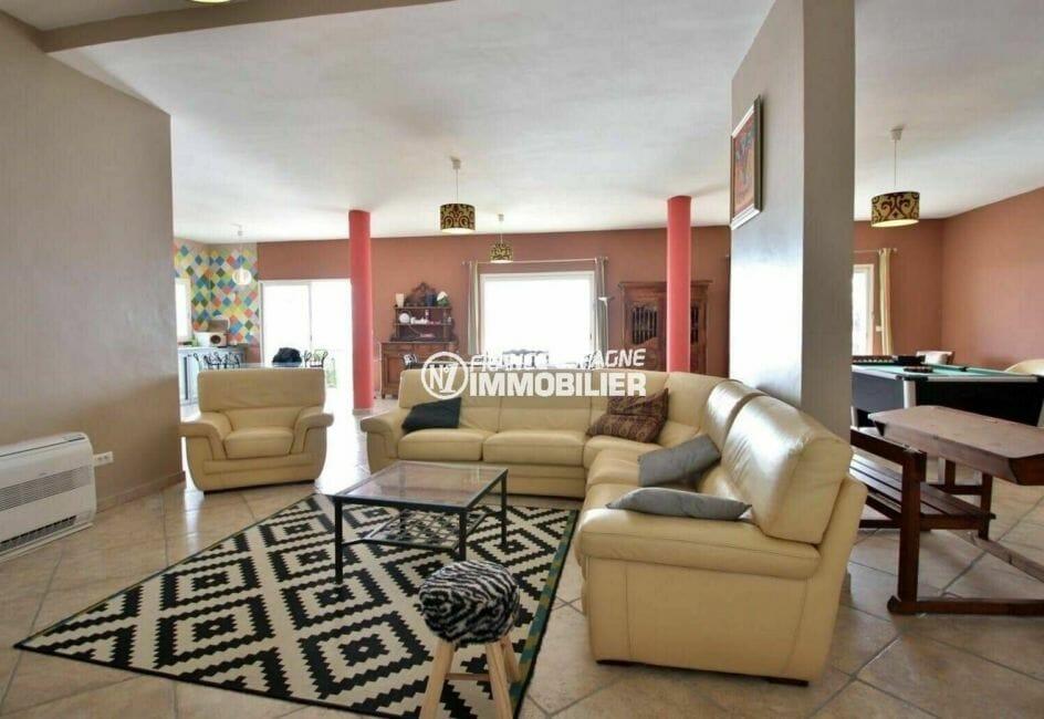 roses immobilier: villa 285 m², spacieux salon / séjour avec accès à la terrasse vue mer