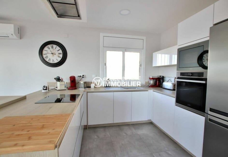 agence rosas: villa 414 m², cuisine américaine équipée avec des rangements
