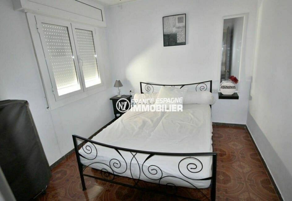 agence immobiliere costa brava: appartement 108 m², première chambre avec un lit double
