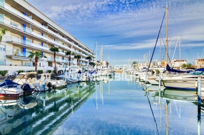 belle vue sur la marina depuis l'immeuble
