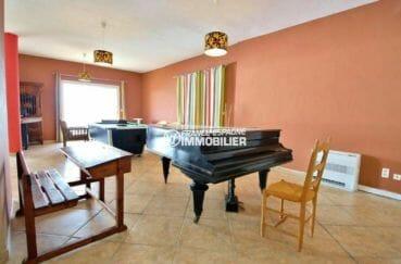 maison a vendre rosas vue mer, piscine, espace détente table de billard et piano coin salon