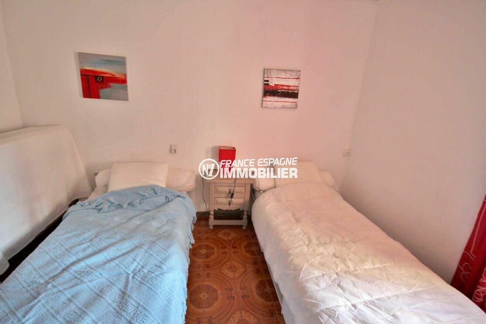 empuriabrava immobilier: appartement proche plage, deuxième chambre avec 2 lits simples