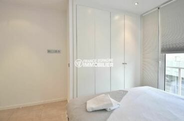 vente appartements rosas espagne, parking privé, première chambre lit double et placards