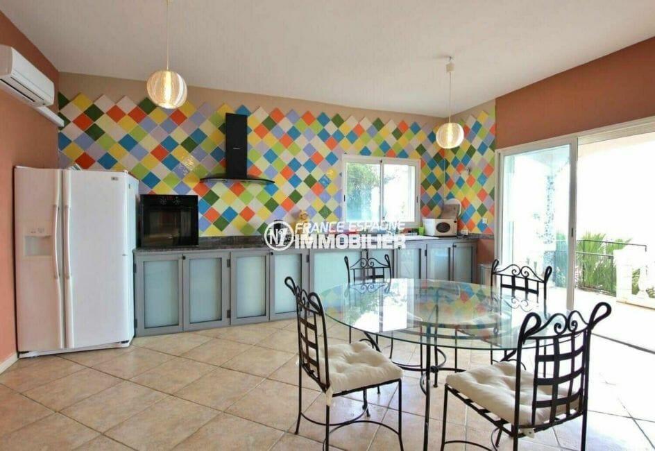 agence rosas: villa 285 m², cuisine américaine ouverte sur le salon / séjour accès terrasse