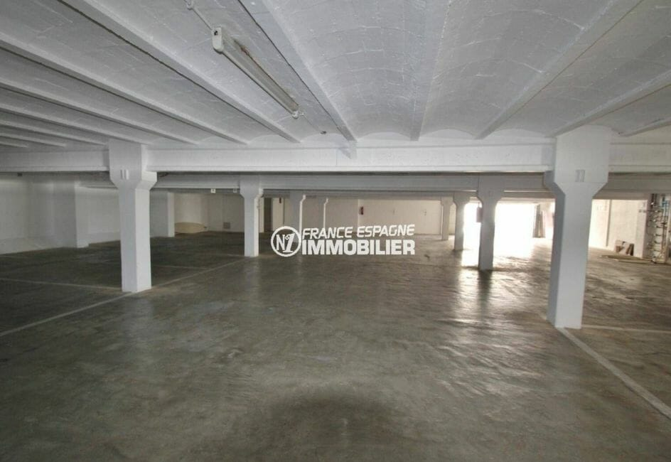 vente appartement rosas espagne, 31 m², aperçu du parking privé en sous-sol