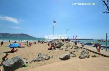 magnifique plage d'empuribrava sous le soleil de midi