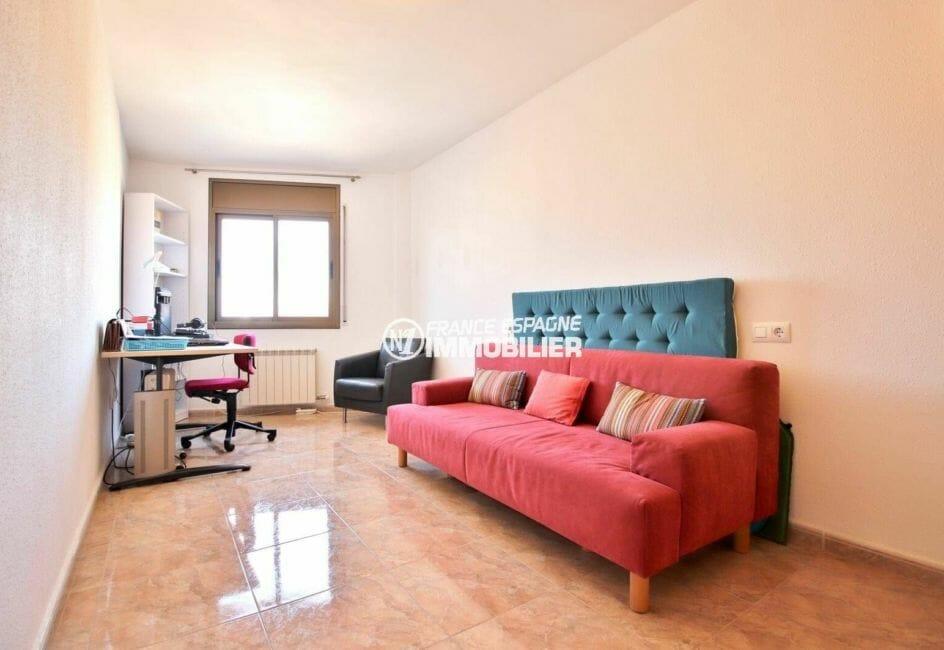 roses espagne: appartement ref.3861, première chambre avec un canapé et un bureau
