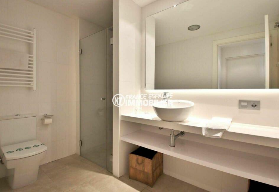 appartement à vendre à rosas espagne, salle d'eau attenante à la chambre 1 avec wc