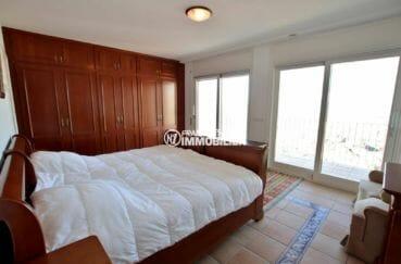 immo center roses: villa vue mer, quatrième chambre lit double et placards accès terrasse