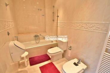 immocenter roses: villa 414 m², salle de bains avec baignoire, wc et bidet