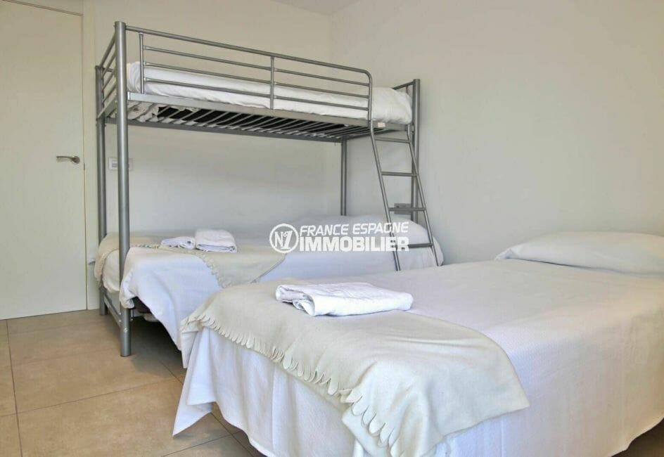roses immobilier: appartement 112 m², chambre 2 avec un lit double et deux lits simples