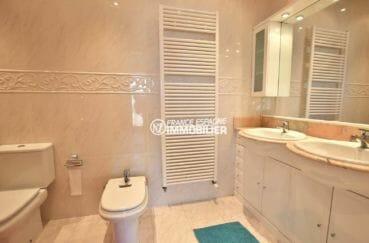 vente villa rosas, piscine et garage, salle de bains avec double vasque et sèche serviettes