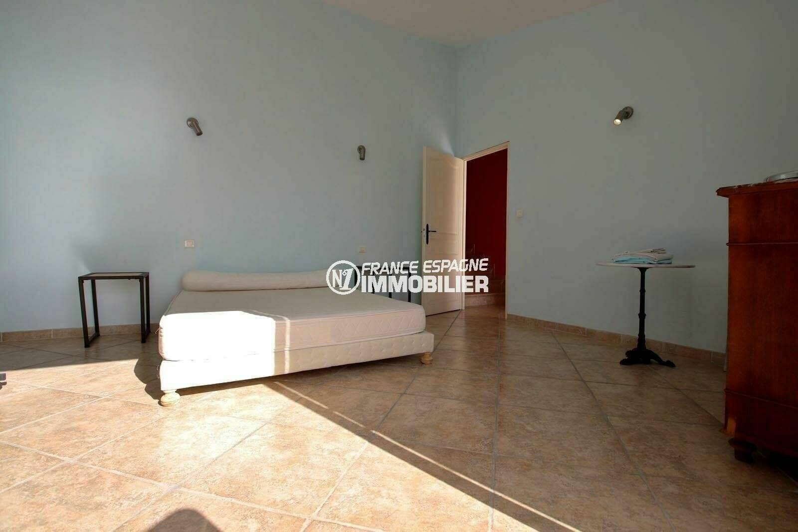 immo center roses: villa 285 m², quatrième chambre avec un lit double